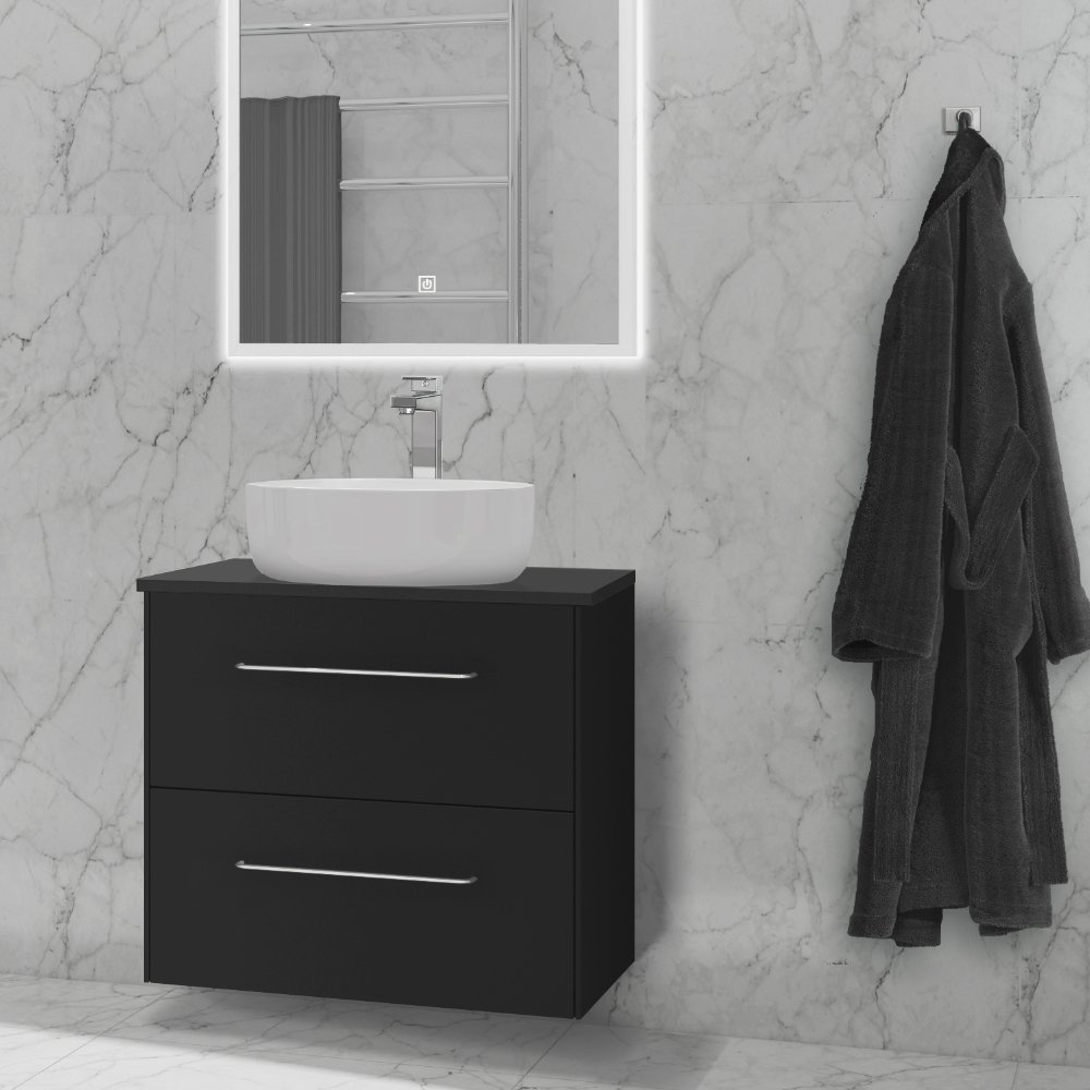 Ella baderomsmøbel i sort grafitt er en del av Duxas fleksible baderomsløsning. Det finnes flere kombinasjonsalternativer for håndtak og fem forskjellige Hype toppvasker.