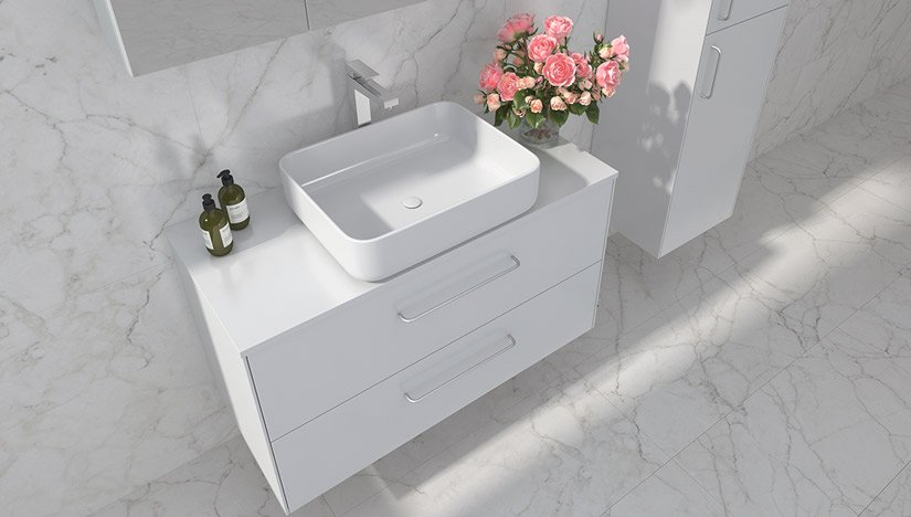 Ella baderomsmøbel i hvit utseende og kvadrat servant med forkrommet håndtak og kran