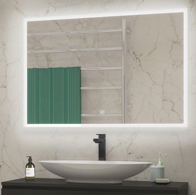 speil 90 cm med lys og svart baderomsmøbel med svart kran og hvit vask