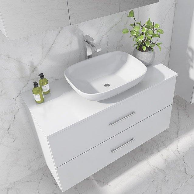 Anna baderomsmøbel i hvit utseende med forkrommet håndtak og kran