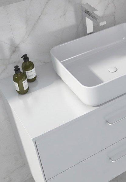 Ella baderomsmøbel i hvit med forkrommet håndtak